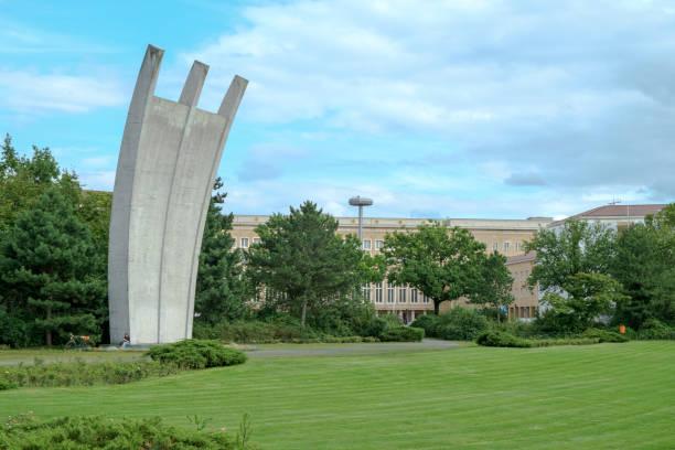 luftbruckendenkmal berlin - berlin tempelhof stock-fotos und bilder