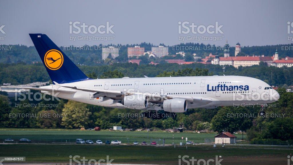 Lufthansa Airbus A380 aterriza en el aeropuerto de Munich - foto de stock