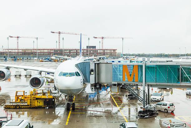 lufthansa airbus flugzeug parken am flughafen münchen in regen und - münchen weather stock-fotos und bilder
