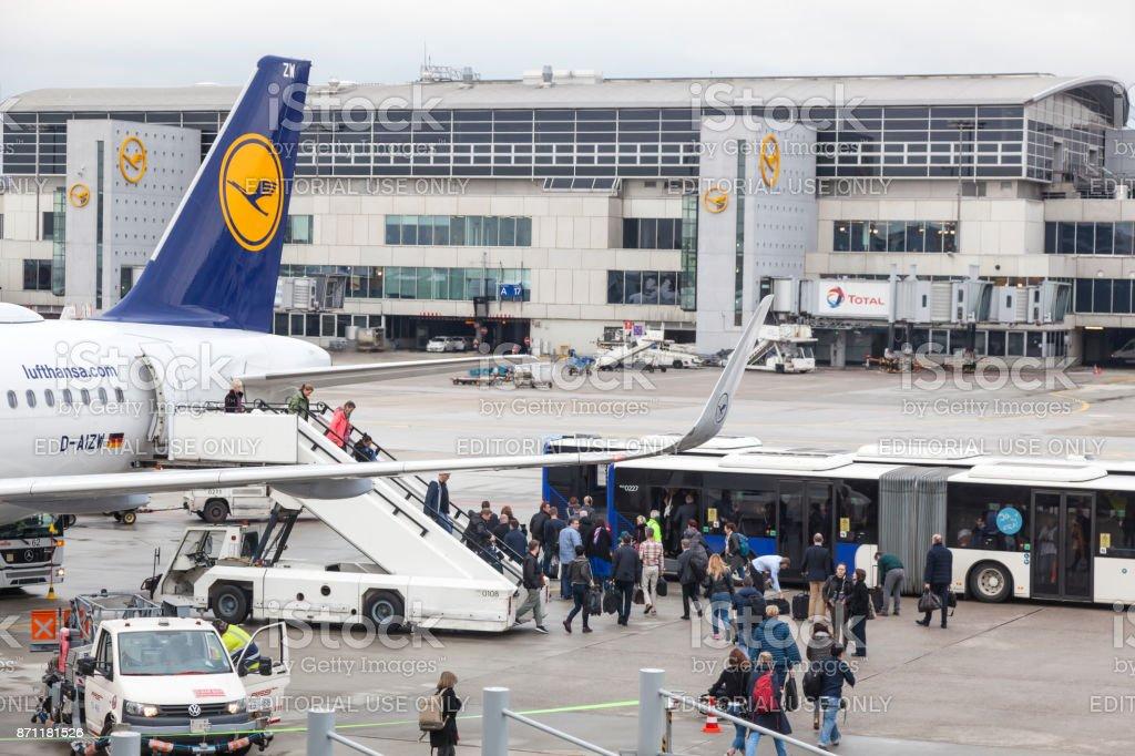 Lufthansa-Airbus aussteigen am Frankfurter Flughafen Lizenzfreies stock-foto