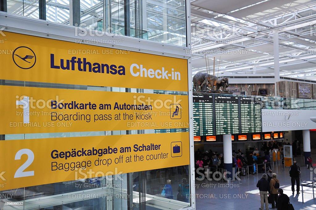 Lufthansa Check-in señal de la Terminal 2 del Aeropuerto de Munich, Alemania - foto de stock