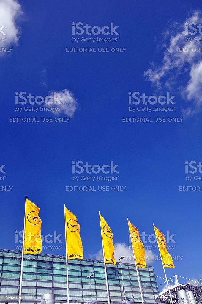 Lufthansa Flags en el Aeropuerto de Munich - foto de stock