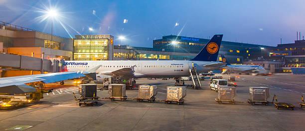 Lufthansa vuelo en la puerta en temprano en la mañana - foto de stock