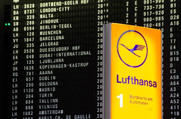 lufthansa in frankfurt flughafen - nrw ticket stock-fotos und bilder