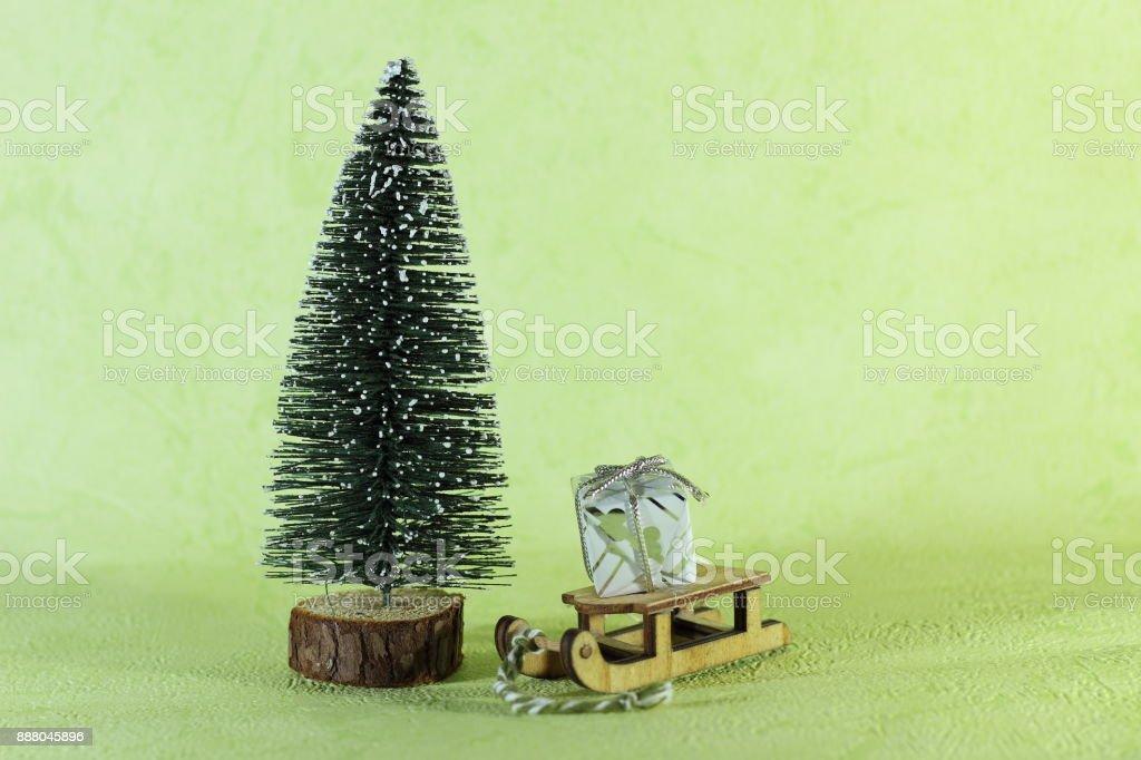 Sapin De Noel Miniature Luge Miniature En Bois Portant Un Petit Cadeau Posé À Coté Dun