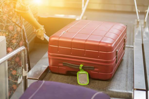 Gepäck zu einem Zeitpunkt der Überprüfung des Gepäck-Scanners. Gepäck einchecken, x-ray Maschine Band auf dem am Förderband am Flughafen counter.selective Fokus, Vintage Farbe – Foto