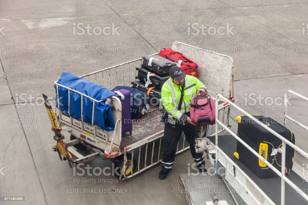 Gepäck, das Flugzeug geladen wird Lizenzfreies stock-foto