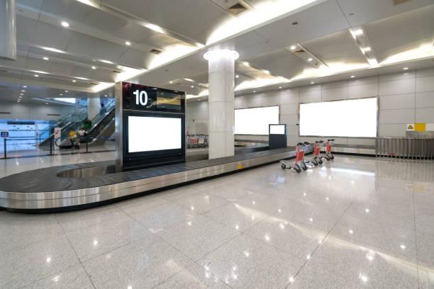 Gepäck-Check-in-Förderband im Flughafenterminal – Foto