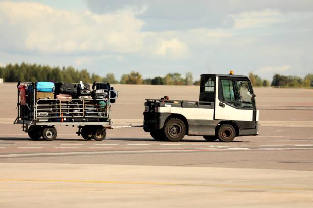 bagage verkeer op een electromobile - airport pickup stockfoto's en -beelden