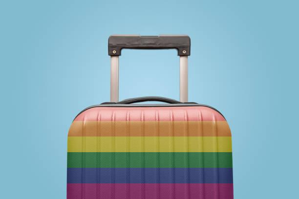 Equipaje con concepto de vacaciones de bandera de orgullo gay - foto de stock
