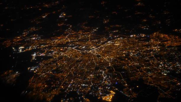 lumiere de paris la nuit par le hublot d'un avion stock photo