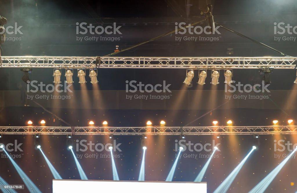 Raios luminosos de iluminação concerto contra um fundo escuro sobre a tela do projetor, o conceito de instrumento musical - foto de acervo