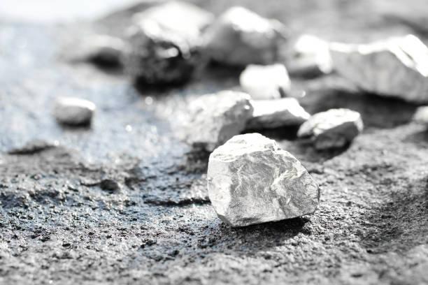 klumpen aus silber oder platin auf einem steinboden - platinum stock-fotos und bilder