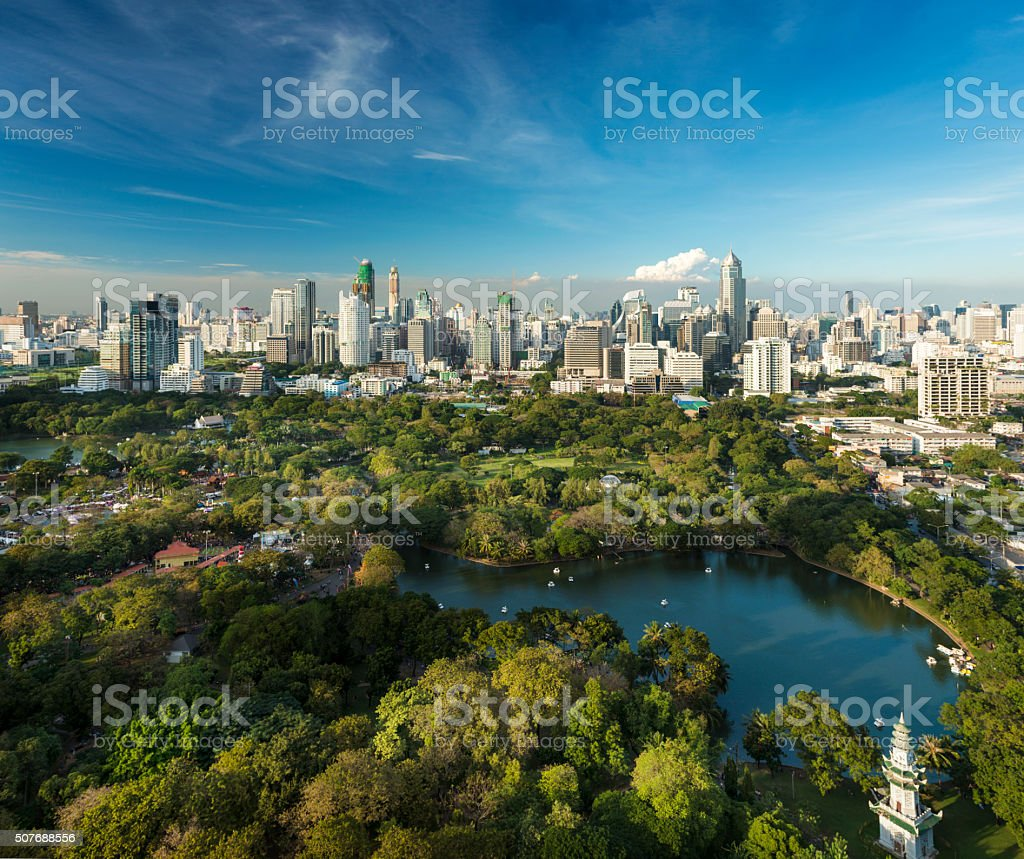 Lumphini Park and the downtown Bangkok City Skyline Thailand圖像檔
