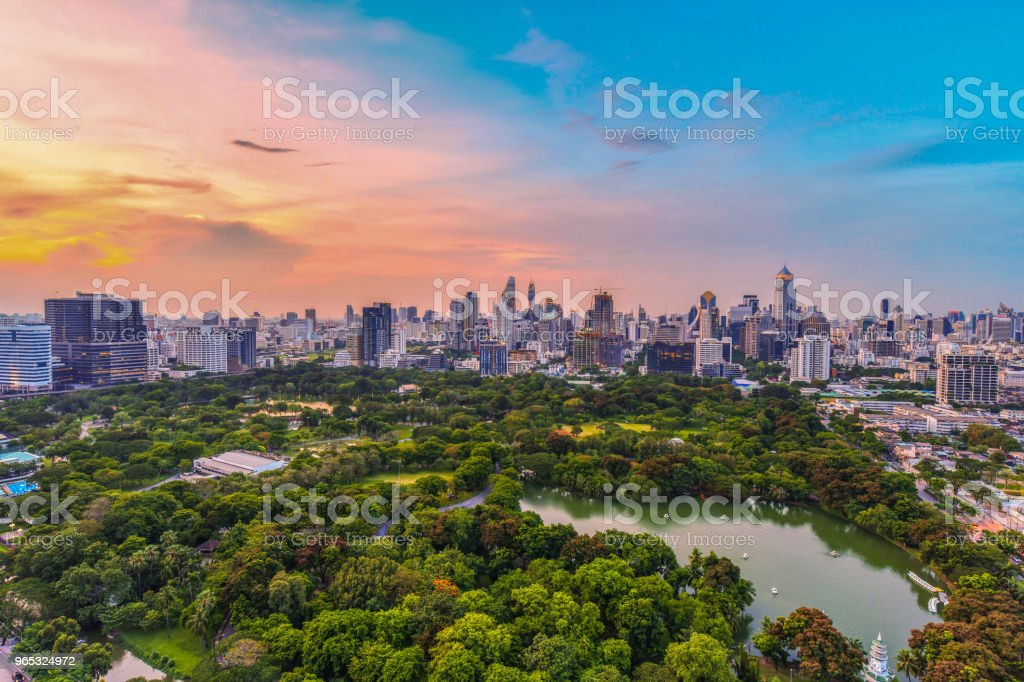 Lumpini park and Bangkok city central business downtown zbiór zdjęć royalty-free
