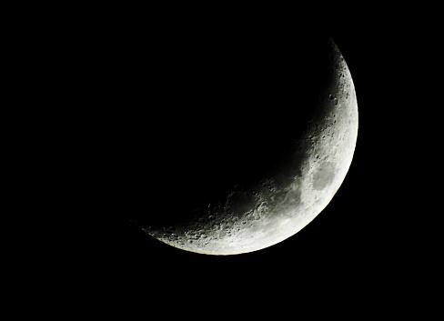 Bonita luna creciente en una noche oscura del mes de abril