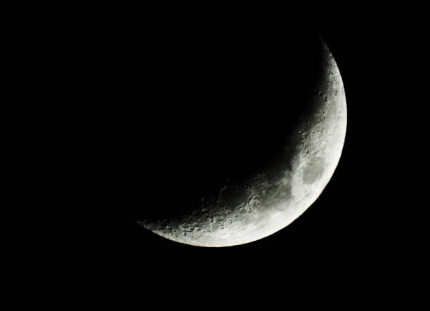 luna creciente de abril - lune photos et images de collection