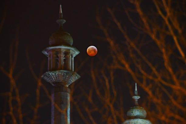 mondfinsternis über brighton minarette - englisches vollblut stock-fotos und bilder