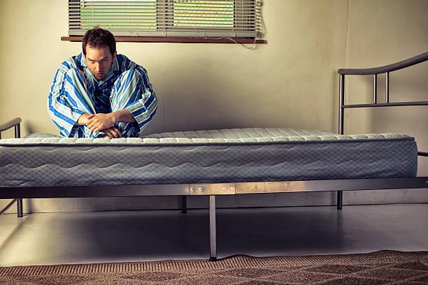 lunatic de pyjama rayé - hopital psychiatrique photos et images de collection