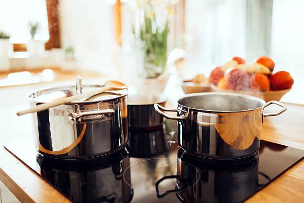 o almoço está a ser produzida na moderna cozinha - panela utensílio imagens e fotografias de stock