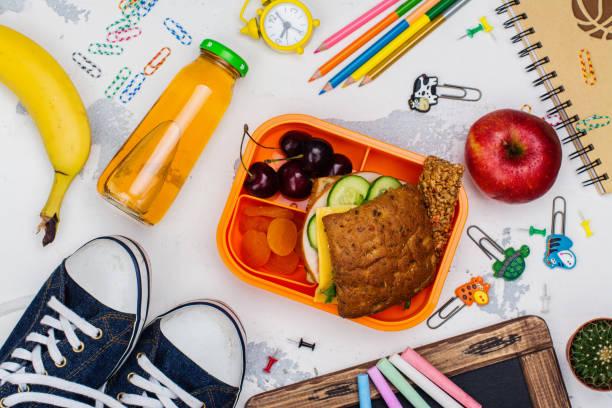 lunch låda och skolan leveranser - lunchlåda bildbanksfoton och bilder