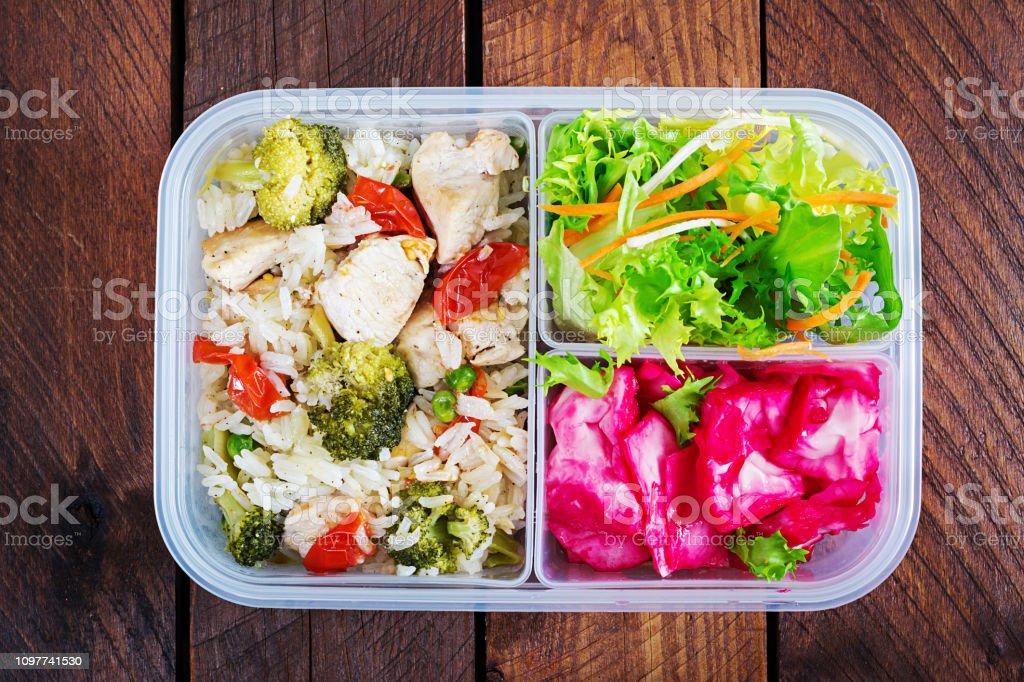 Lunch Box Hähnchen, Brokkoli, grüne Erbsen, Tomaten mit Reis und Rotkohl. Gesunde Fitness Nahrung. Mitnehmen. Lunchbox. Ansicht von oben – Foto