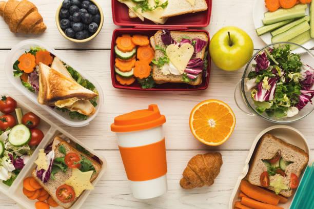 matlåda med hälsosam mat på vitt bordsbakgrund - lunchlåda bildbanksfoton och bilder