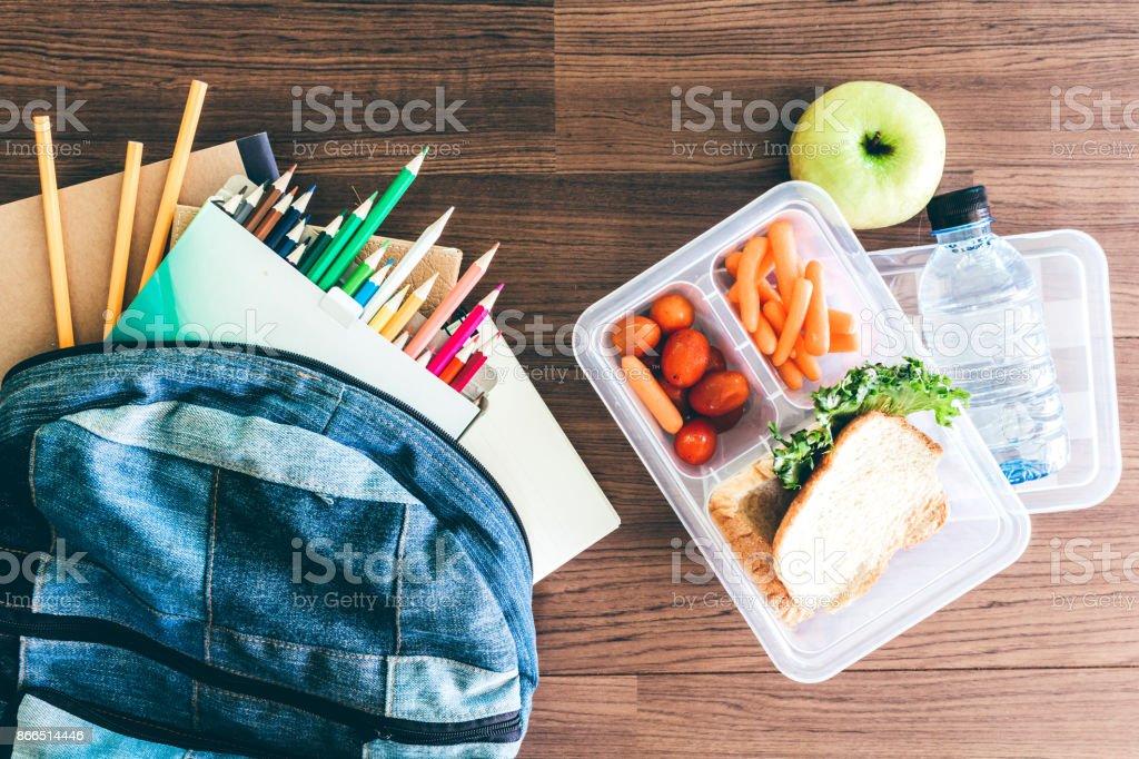Lunch-Box mit Gemüse und Brot für ein gesundes Schulessen auf Holztisch – Foto