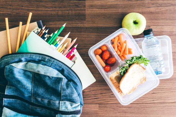 matlåda med grönsaker och brödskiva för en hälsosam skola lunch på träbord - lunchlåda bildbanksfoton och bilder
