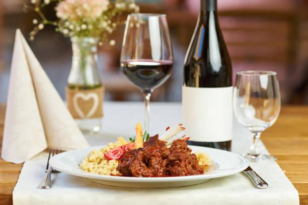 mittagessen in einem restaurant - pasta deli stock-fotos und bilder
