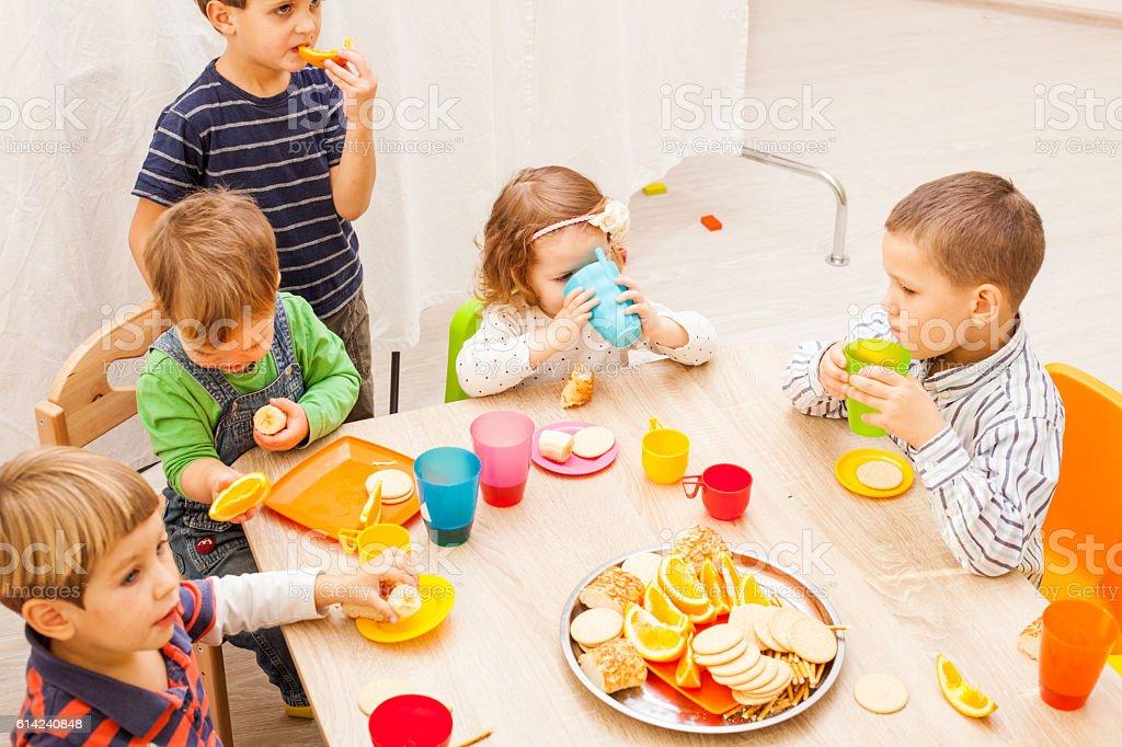Mittagessen in kindergarden – Foto