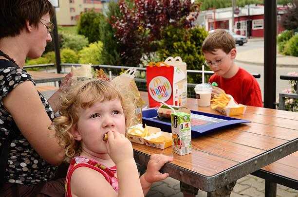 обед в макдональдс - mcdonalds стоковые фото и изображения
