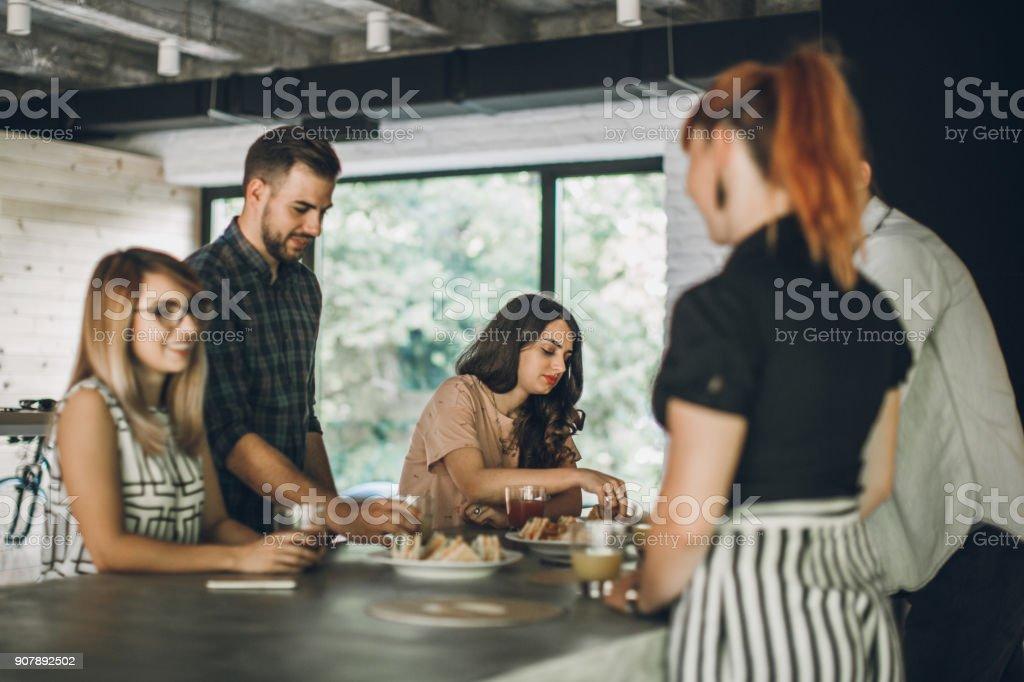 Mittagspause im modernen Büro – Foto