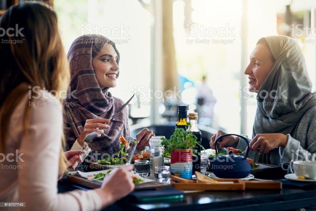 Mittagessen mit den Mädchen füllt das Herz und den Magen – Foto