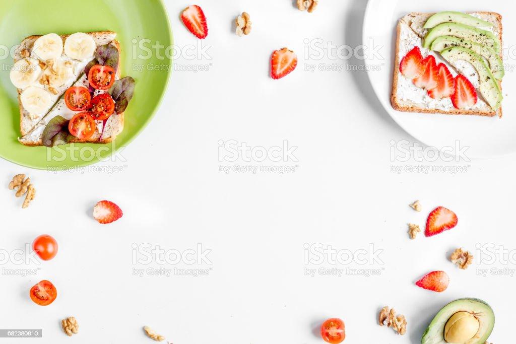 déjeuner avec des sandwichs triangle sur la maquette vue de dessus de table blanche fond photo libre de droits