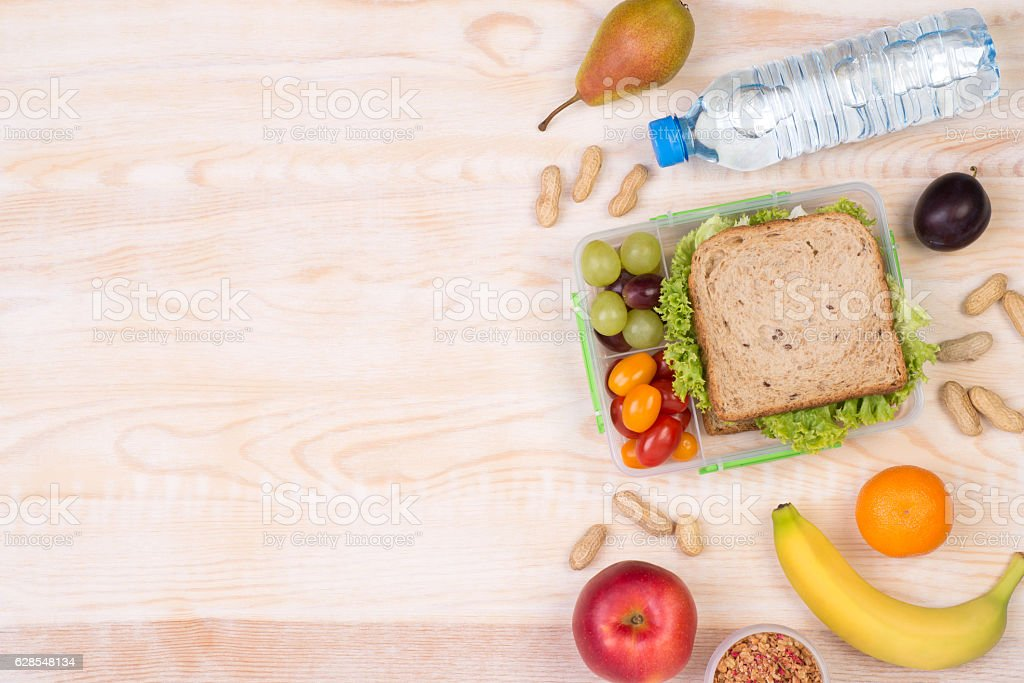 Lunchbox with sandwich, fruits, vegetables, and water – Foto