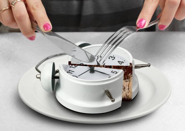 lunch concept, hand gesneden klok - langzaam stockfoto's en -beelden