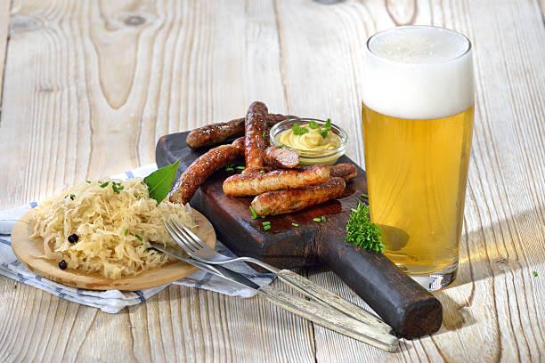 mittags im bayern - bratwurst mit sauerkraut stock-fotos und bilder