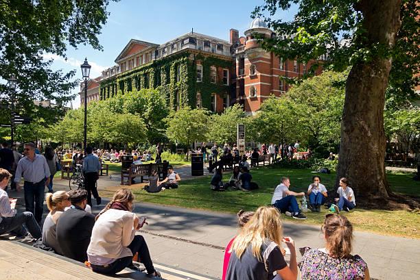 mittagessen in der nähe von king's college, london - mittagspause schild stock-fotos und bilder