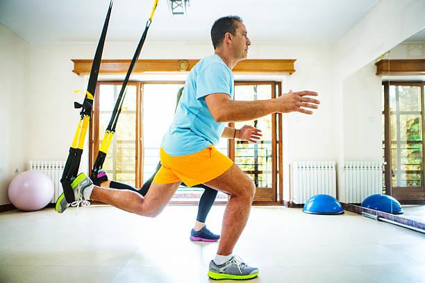 Lunges rutina de ejercicios en el gimnasio. - foto de stock
