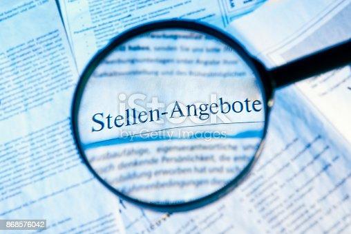 istock Lupe fokussiert Stellenangebote 868576042
