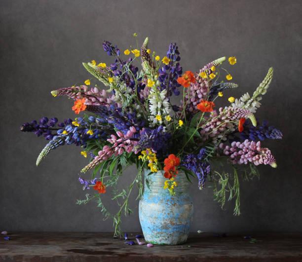 lupines and buttercups - blumenarrangement stock-fotos und bilder