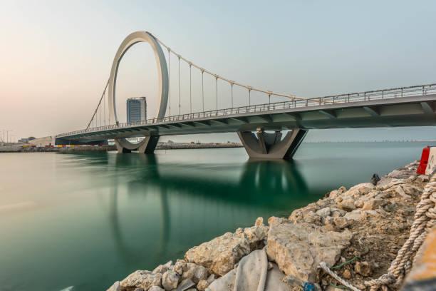 pont en arc lusail doha qatar - qatar photos et images de collection