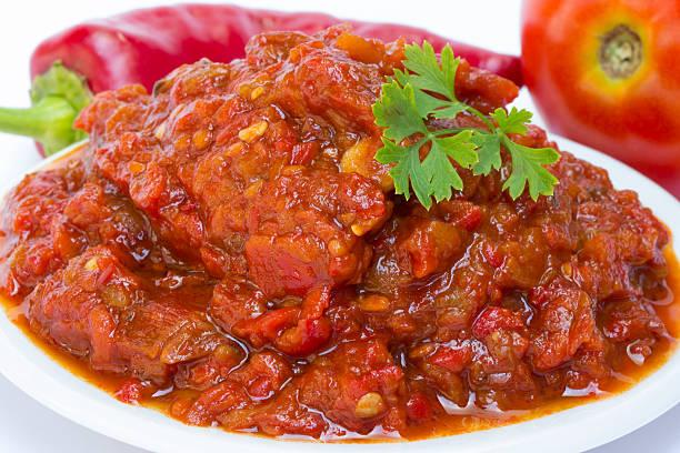 lutenica paprika und tomaten - peperoni stiche stock-fotos und bilder
