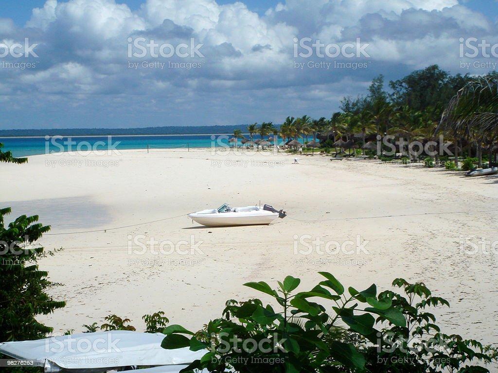 Luxary resort bianca con spiaggia e barca a motore foto stock royalty-free