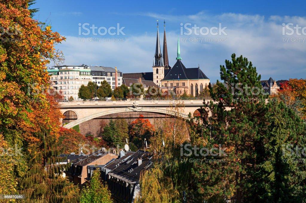 Luxemburg-Stadt und Adolphe-Brücke Aussicht im Herbst. – Foto