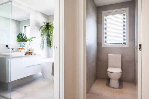 Luxuriöses Badezimmer und gefliester Waschraum, Fliesenboden, gefliester Nassraum und Inneneinrichtung – Foto