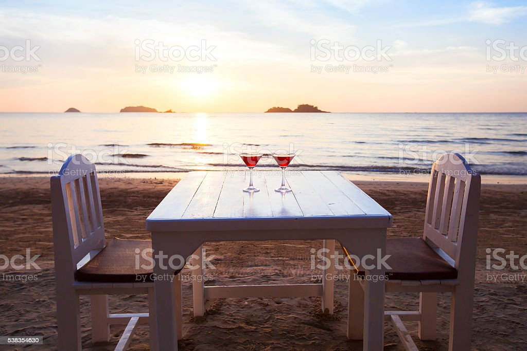 luxurious beach restaurant, romantic dinner - foto stock