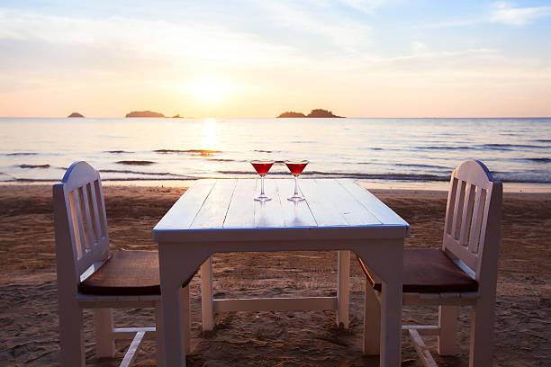 luxurious beach restaurant, romantic dinner - foto stock