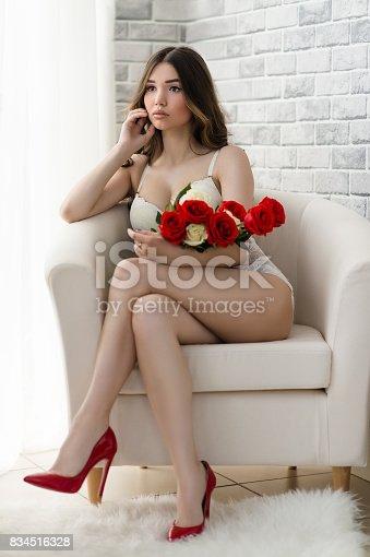 70f7816b5c 834516318istock lujo hermosa mujer con ramo de flores en ropa interior  834516328
